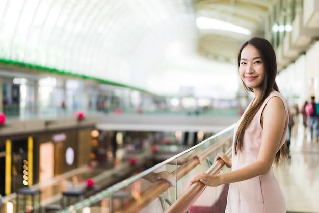 Linda mulher asiática sorrir e feliz em shopping