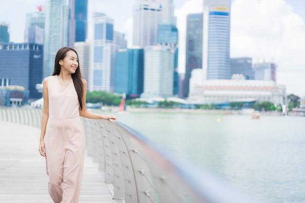 Linda mulher asiática sorriso e feliz