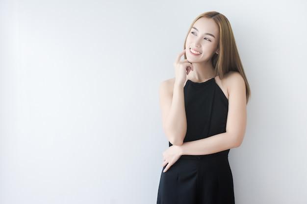 Linda mulher asiática tocando a pele do rosto e sorriso