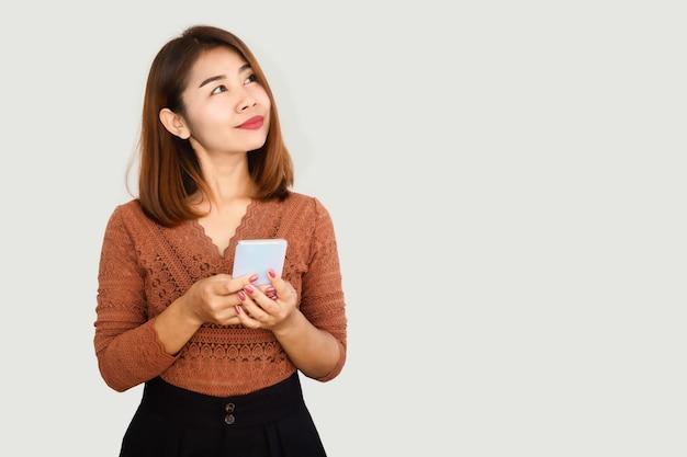 Linda mulher asiática usando telefone celular