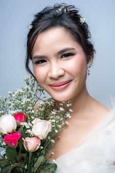 Linda mulher asiática vestida de noiva em fundo branco