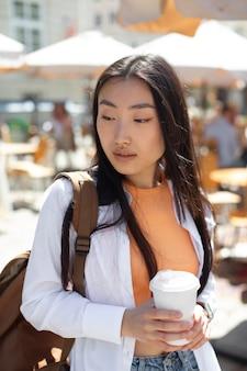 Linda mulher asiática viajando em um lugar local