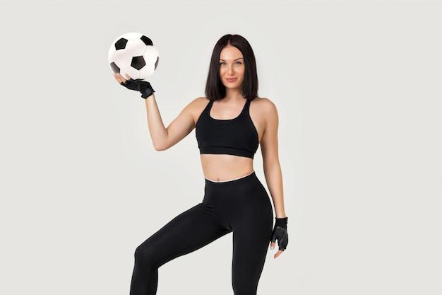 Linda mulher atlética com a bola