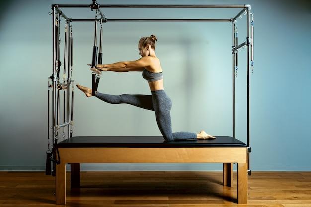 Linda mulher atlética fazendo exercícios