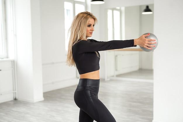 Linda mulher atraente está envolvida em ginástica