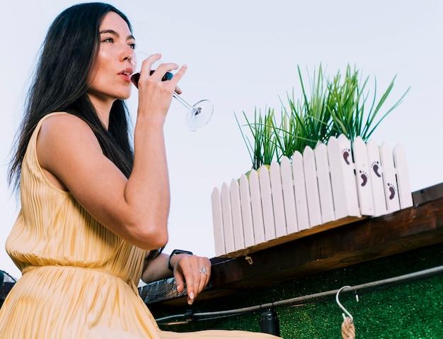 Linda mulher bebendo vinho