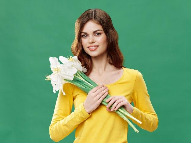 Linda mulher bonita com buquê de flores