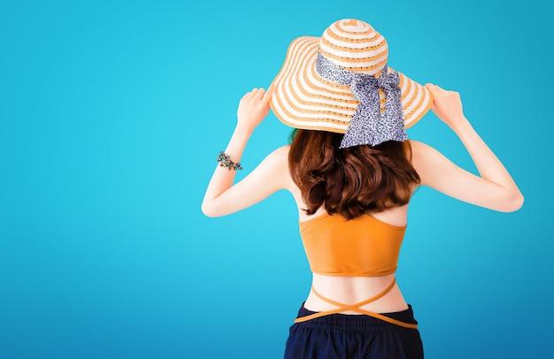 Linda mulher bonita vestindo um chapéu de palha e sexy terno
