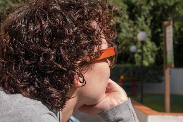 Linda mulher brasileira de óculos escuros, olhando para trás.