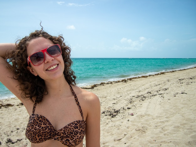 Linda mulher brasileira posando para a câmera em miami beach