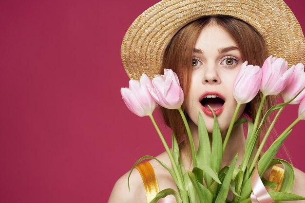 Linda mulher buquê flores feriado dia das mulheres fundo rosa
