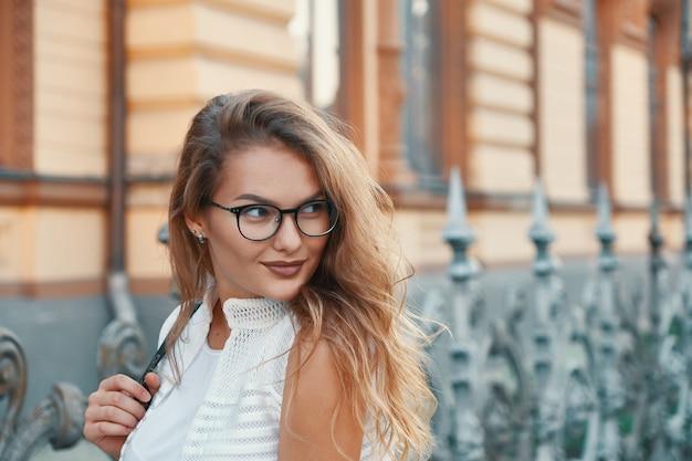 Linda mulher caminhando em uma cidade europeia durante o fim de semana