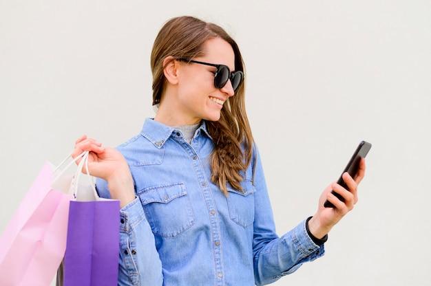 Linda mulher carregando sacolas de compras