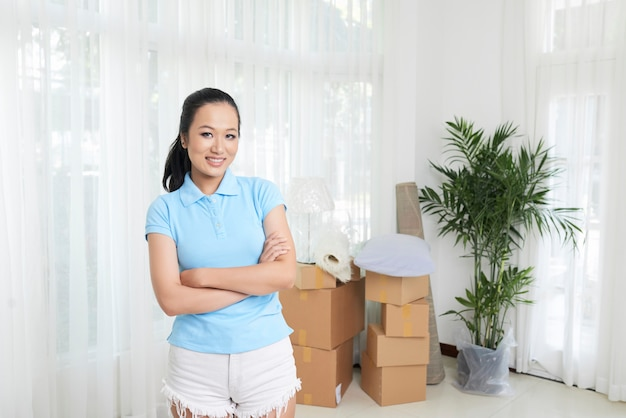 Linda mulher casual em casa com caixas