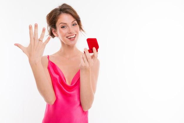 Linda mulher caucasiana aceita proposta de casamento e se alegra, imagine isolado na parede branca