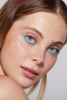 Linda mulher caucasiana com delineador azul
