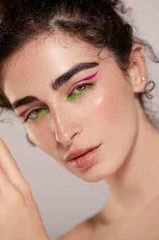 Linda mulher caucasiana com delineador colorido