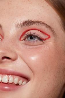 Linda mulher caucasiana com delineador vermelho