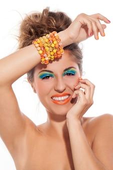 Linda mulher caucasiana com maquiagem artística