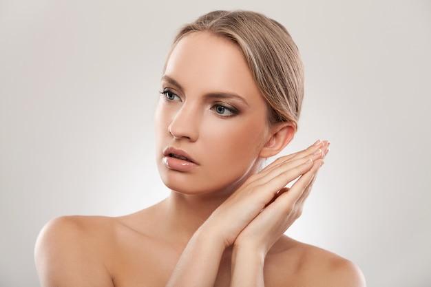 Linda mulher caucasiana com maquiagem natural