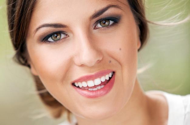 Linda mulher caucasiana com maquiagem