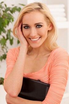 Linda mulher caucasiana com notebook