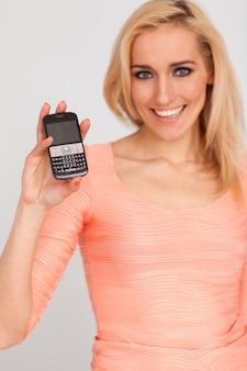 Linda mulher caucasiana com telefone