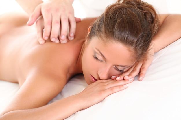 Linda mulher caucasiana desfrutar de massagem