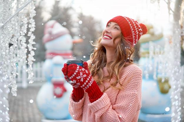 Linda mulher caucasiana em pé justo natal férias de inverno