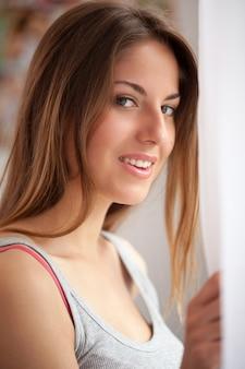 Linda mulher caucasiana, olhando para a janela