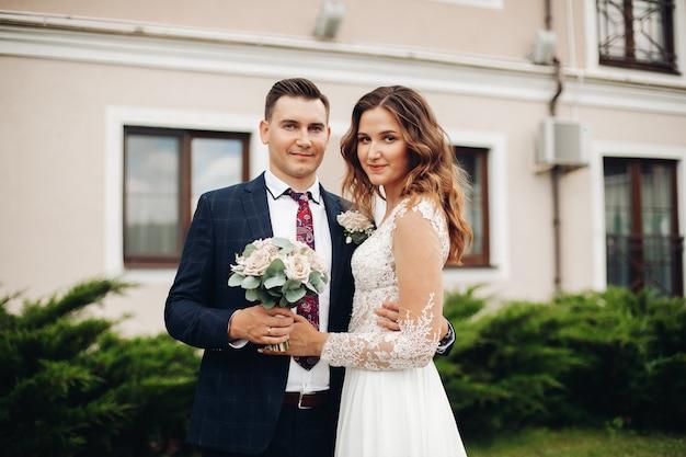 Linda mulher caucasiana posa para a câmera com seu lindo marido