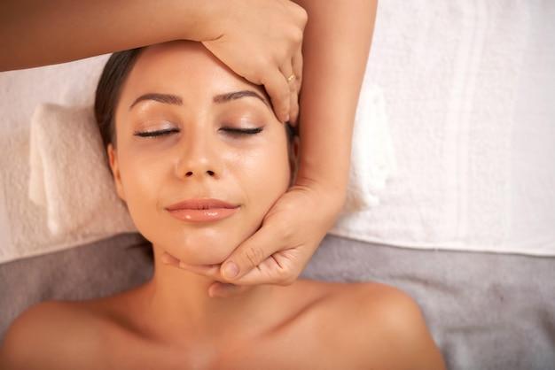 Linda mulher caucasiana, tendo tratamento antienvelhecimento no salão spa