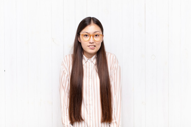 Linda mulher chinesa contra parede branca