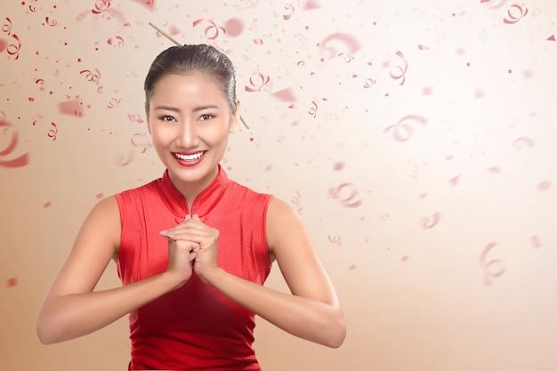 Linda mulher chinesa em roupas tradicionais com gesto com a mão