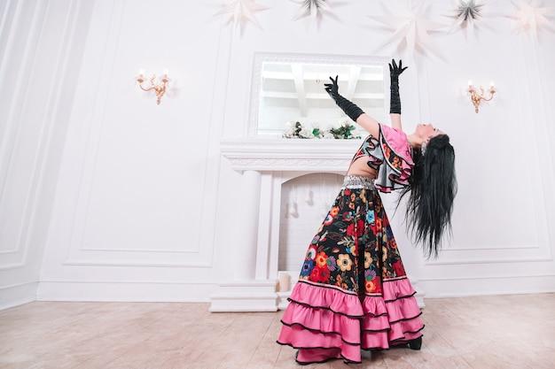 Linda mulher cigana dançando