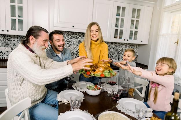 Linda mulher com a turquia deliciosa para o jantar de férias com linda família