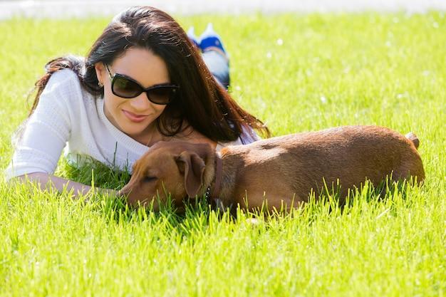 Linda mulher com cachorro
