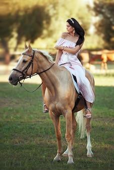 Linda mulher com cavalo