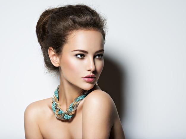 Linda mulher com colar de maquiagem e foto de moda beleza