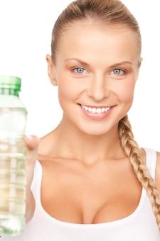 Linda mulher com garrafa de água sobre branco