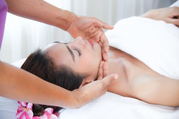 Linda mulher com massagem spa