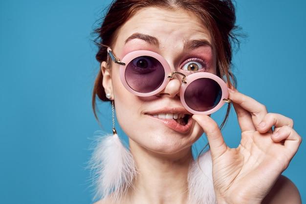 Linda mulher com óculos de sol, ombros nus, diversão jovem close-up