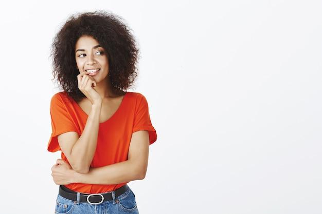 Linda mulher com penteado afro posando no estúdio