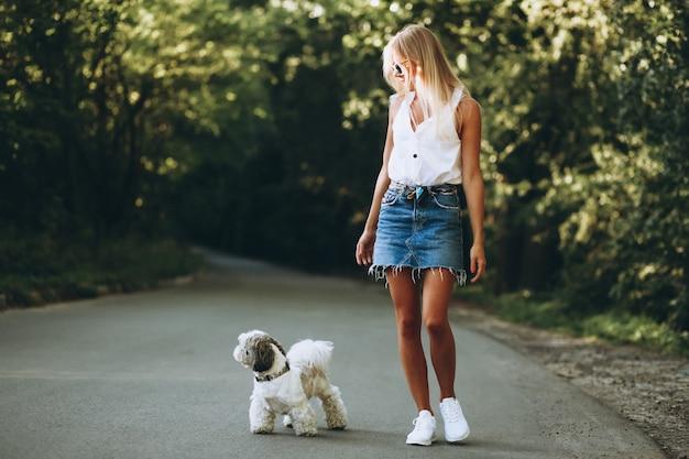 Linda mulher com seu cachorro no parque