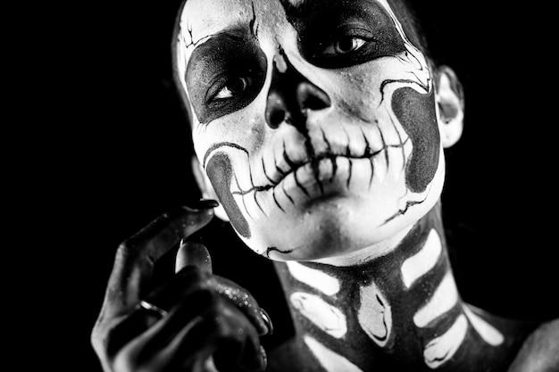 Linda mulher com tatuagem de esqueleto