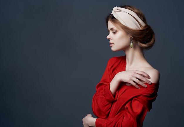 Linda mulher com tiara decoração vestido vermelho luxo fundo escuro. foto de alta qualidade