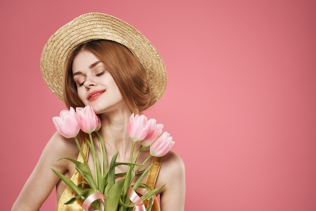 Linda mulher com vestido e buquê de flores, feriado, dia das mulheres fundo rosa