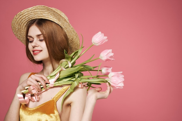 Linda mulher com vestido e buquê de flores, feriado, dia das mulheres
