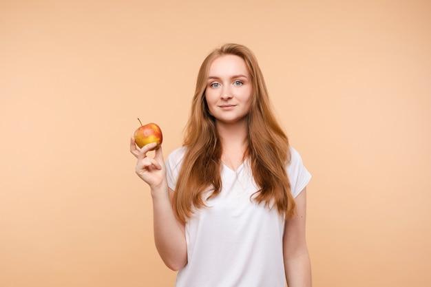 Linda mulher comendo maçã saborosa