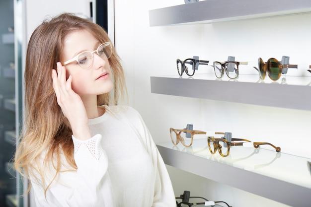 Linda mulher comprar novos óculos